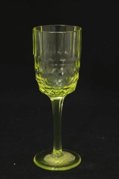 155. Kieliszek z zestawu 2 form, szkło uranowe, 1970-1985